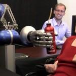 Gelähmte Frau steuert Roboterarm mit bloßen Gedanken