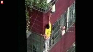 Mann rettet Vierjaehrige vor Sturz, china, balkon