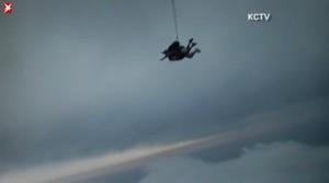 Oma wagt Fallschirmsprung, 90-Jaehrige, Fallschirmsprung