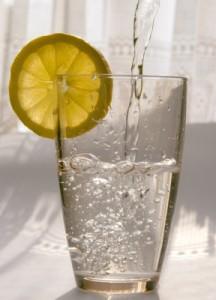 Trinkwasser, Wasserglas mit Zitrone, Leitungswasser. Mineralwasser, Quellwasser