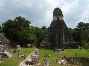 Hauptplatz in Tikal, Maya-Stadt