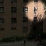 Mann fängt aus drittem Stockwerk fallendes Kind auf