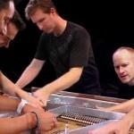 5 Männer an einem Piano covern