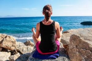 Meditation. halb Lotussitz, Daumen und Zeigefinger beruehren sich