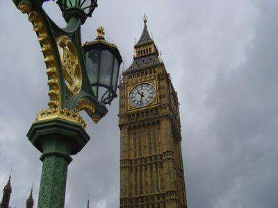 Big Ben mit Strassenlaterne, Westminster, London, positive Nachrichten