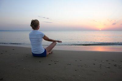Meditation am Strand, Meditaion,meditieren, veraenderungen im gehirn, positive Nachrichten