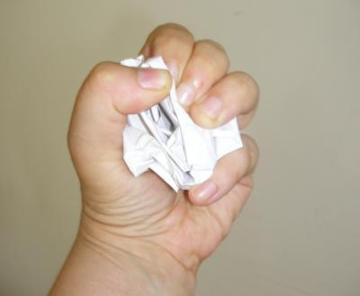 Papier wegwerfen, negative Gedanken, unerwuenschte Gedanken, positive Nachrichten