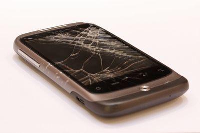 Spruenge im Smartphone-Display, positive nachrichten