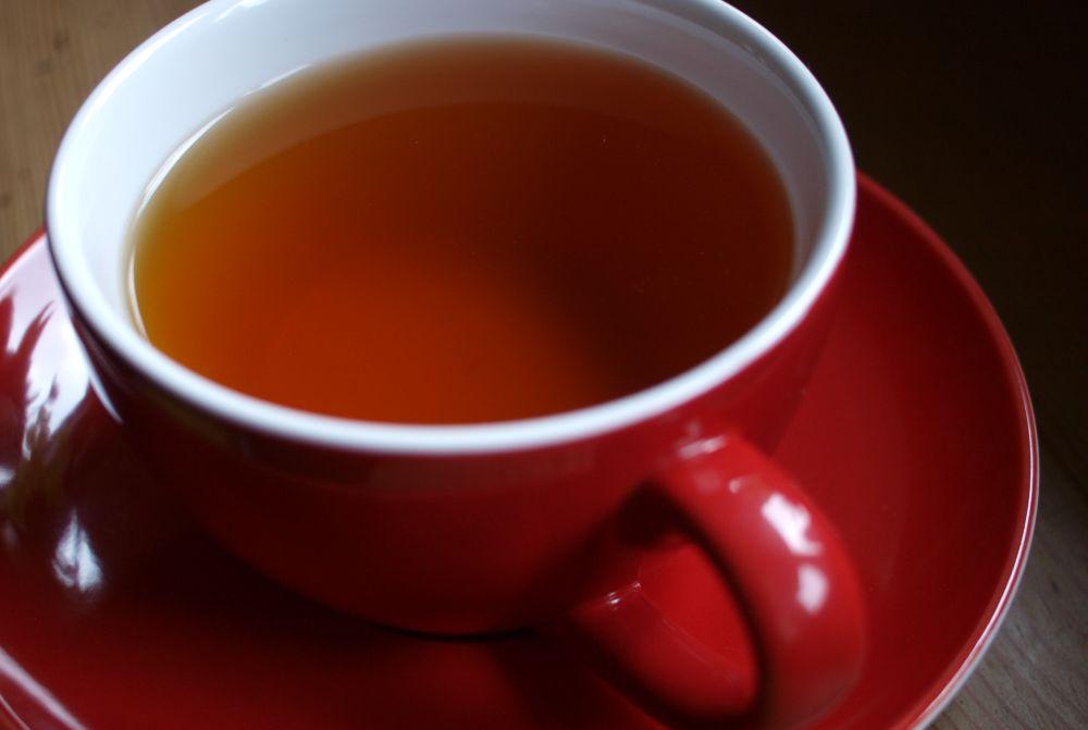 Tee-Genuss, rote Tee-Tasse, positive Nachrichten