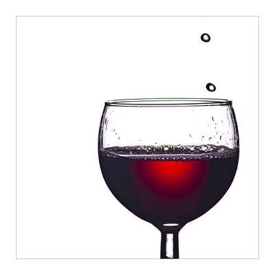Weinglas mit Rotwein gefuellt, positive nachrichten