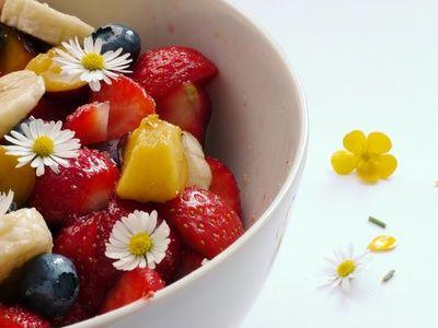 Obstsalat, blaubeeren, erdbeeren, gut fuers herz, positive nachrichten