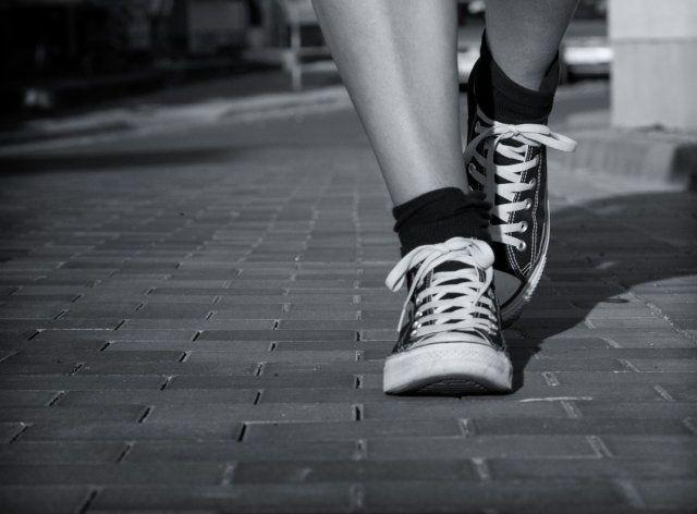 schritt fuer schritt, gesundheit, spazieren gehen, laufen, hohes alter, fit bleiben, positive nachrichten