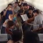 Musiker des Philadelphia Orchestra geben Spontankonzert in Flugzeug