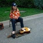 Mann mit Handicap spielt mit seinen Zehen Gitarre