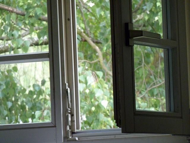 offenes Fenster, lueften, positive nachrichten