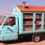 Antonio La Cava verteilt Bücher mit seinem ″Bibliomotocarro″