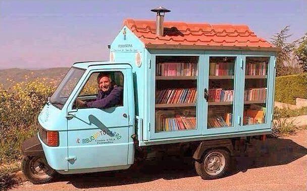 Antonio La Cava in seinem ″Bibliomotocarro″. © Puglia Gargano