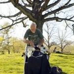 82-jähriger Friseur schneidet Obdachlosen kostenlos die Haare