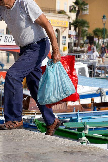 Mann traegt Plastiktueten, positive nachrichten
