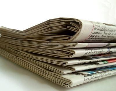 Stapel Zeitungen, positive nachrichten