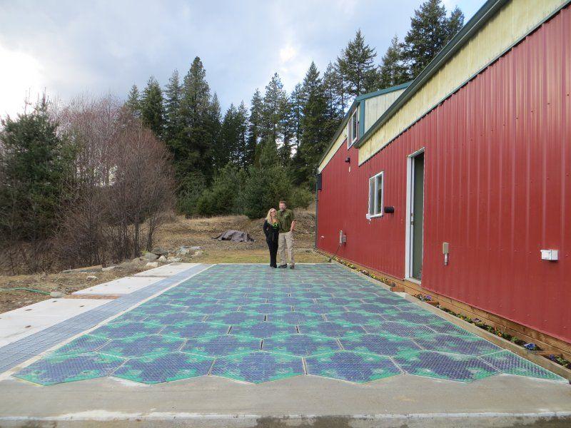 Parkplatz mit Solarmodulen, positive nachricht