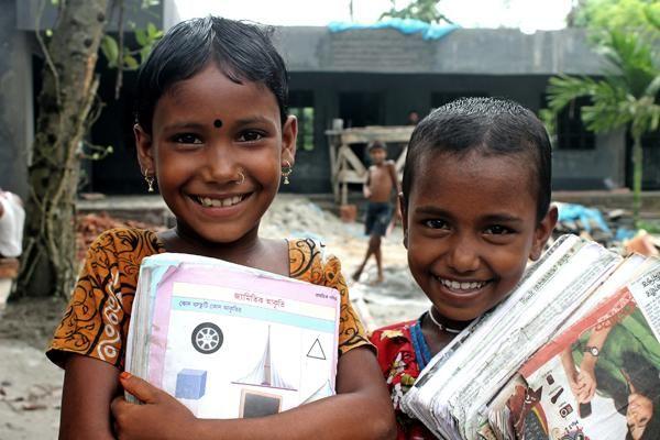 Zwei Schülerinnen in Bangladesch