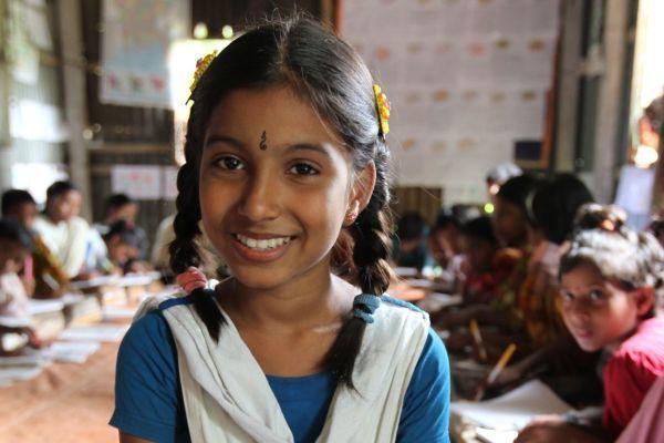 Lächelnde Schülerin in Bangladesch