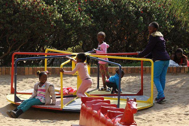 Kinder auf einem Spielplatz in Windhoek.