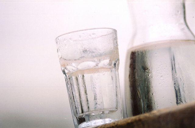 Trinkwasser: Wasserglas und -krug, gefüllt mit sauberem Trinkwasser