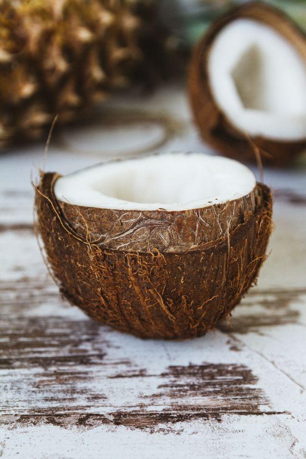 Eine geöffnete Kokosnuss
