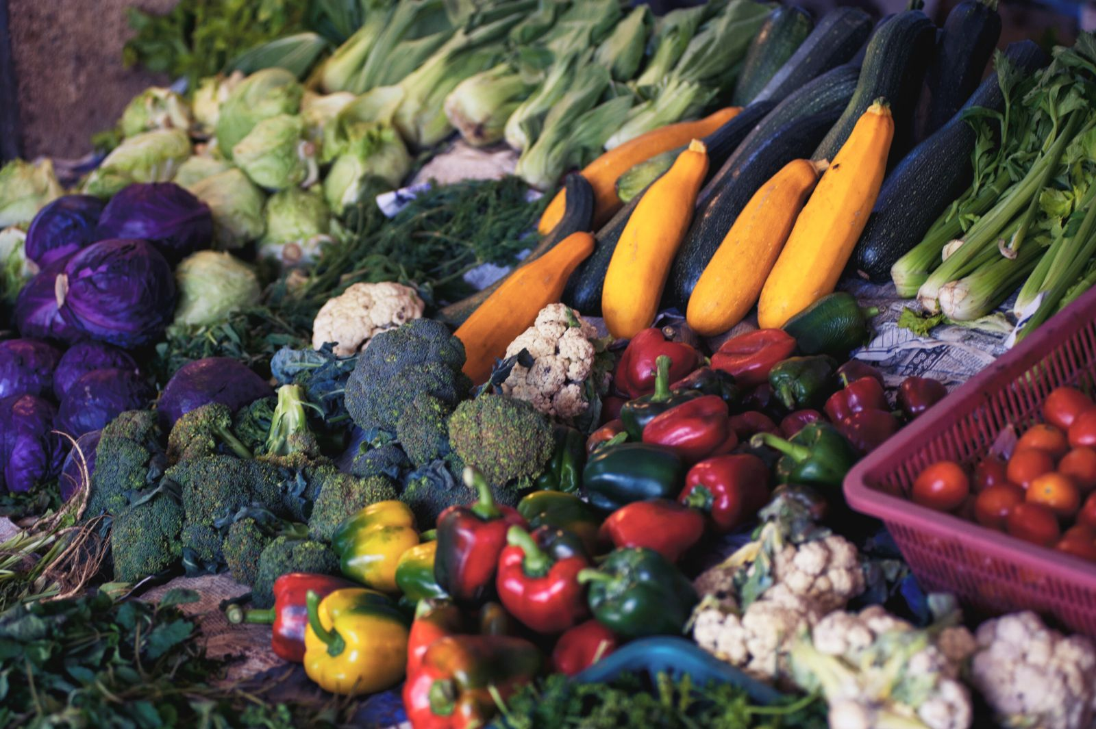 Ein Gemüsestand mti frischen und natürlichen Nahrungsmitteln