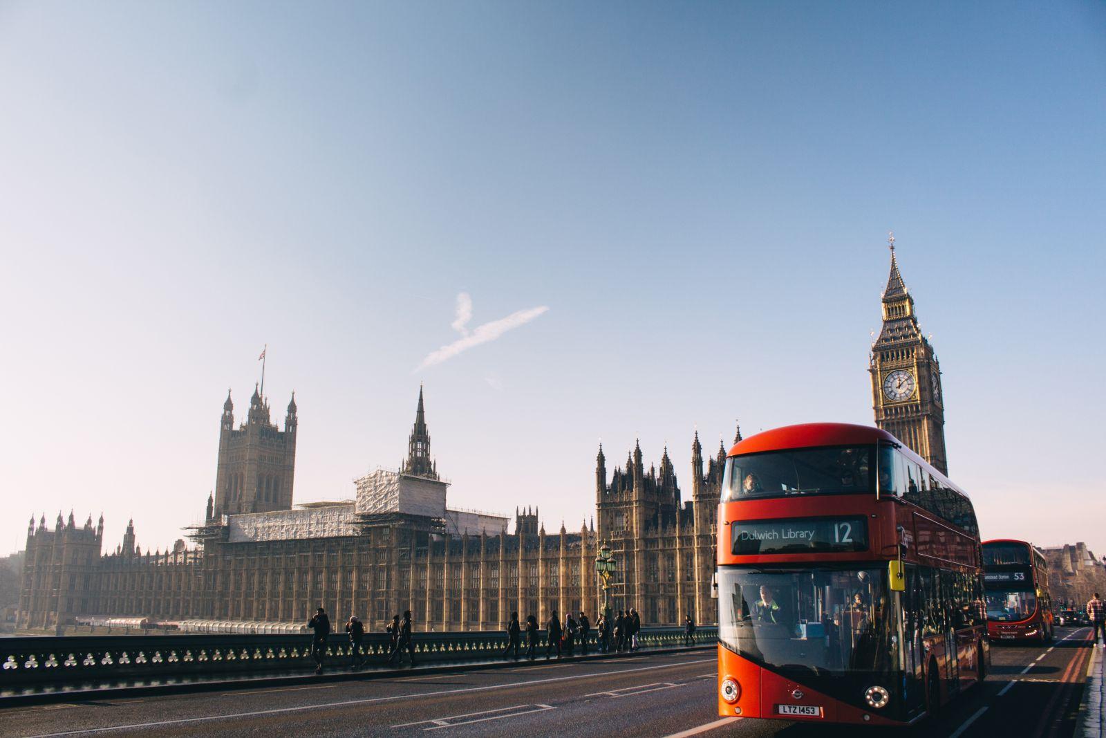 Ein Bild von London auf dem man den Big Ben sieht und einen roten Doppeldecker-Bus