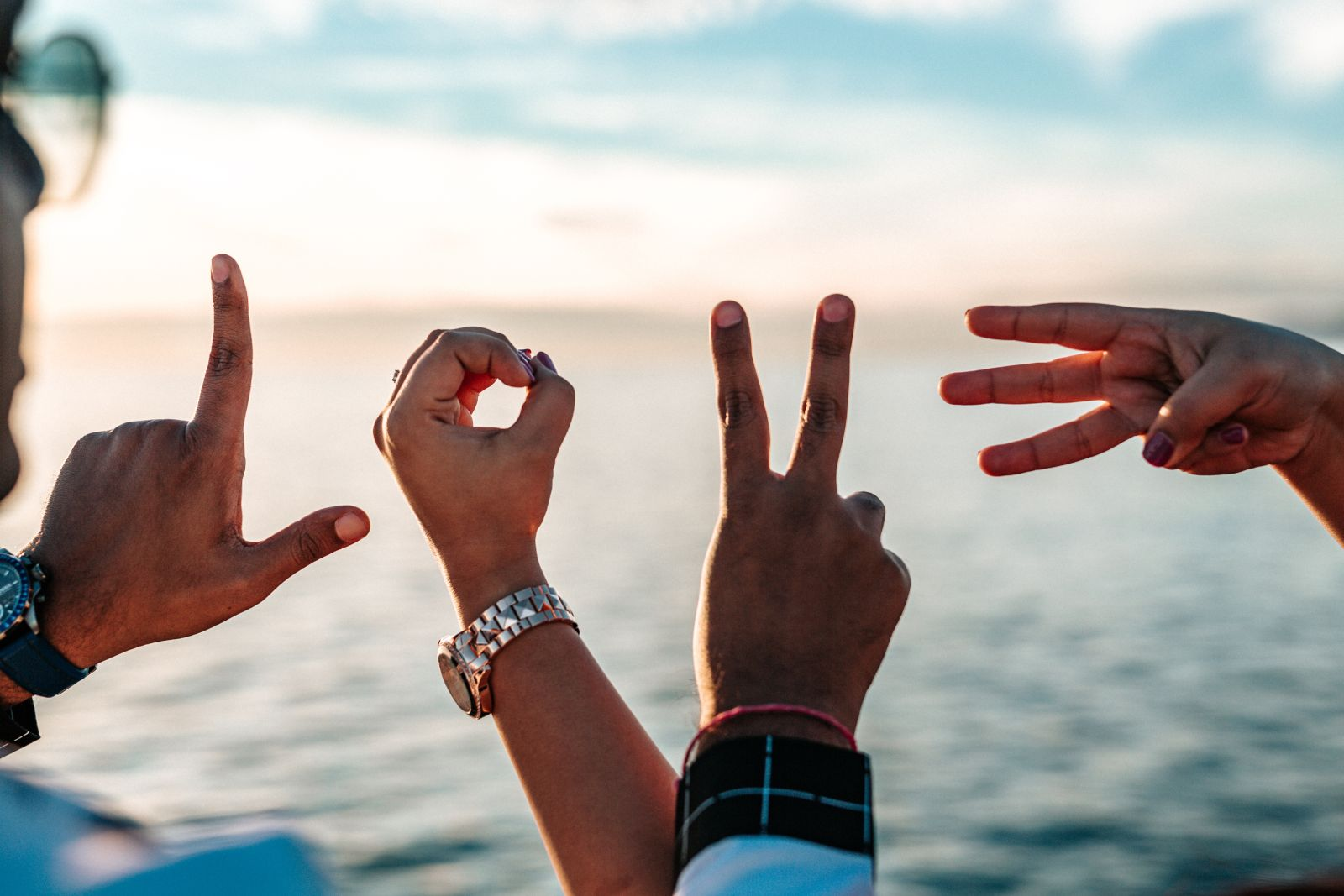 Hände, die die Buchstaben des Wortes LOVE (Liebe) zeigen