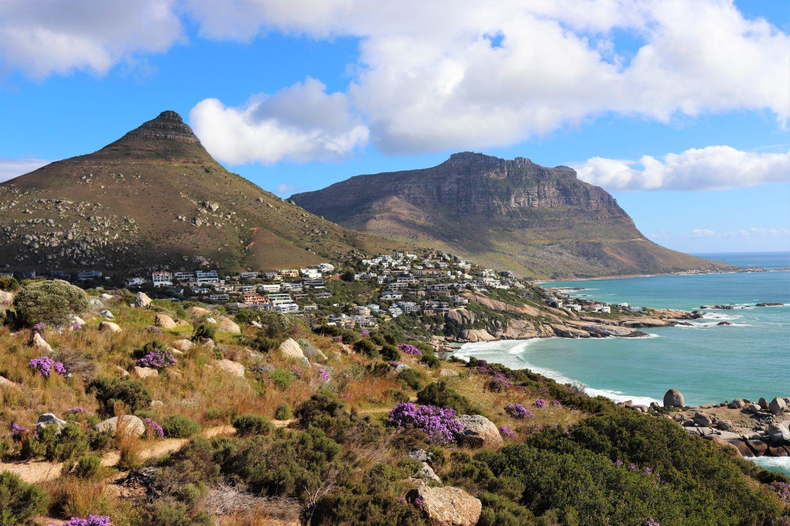 Berge und eine Küstenlandschaft von Südafrika