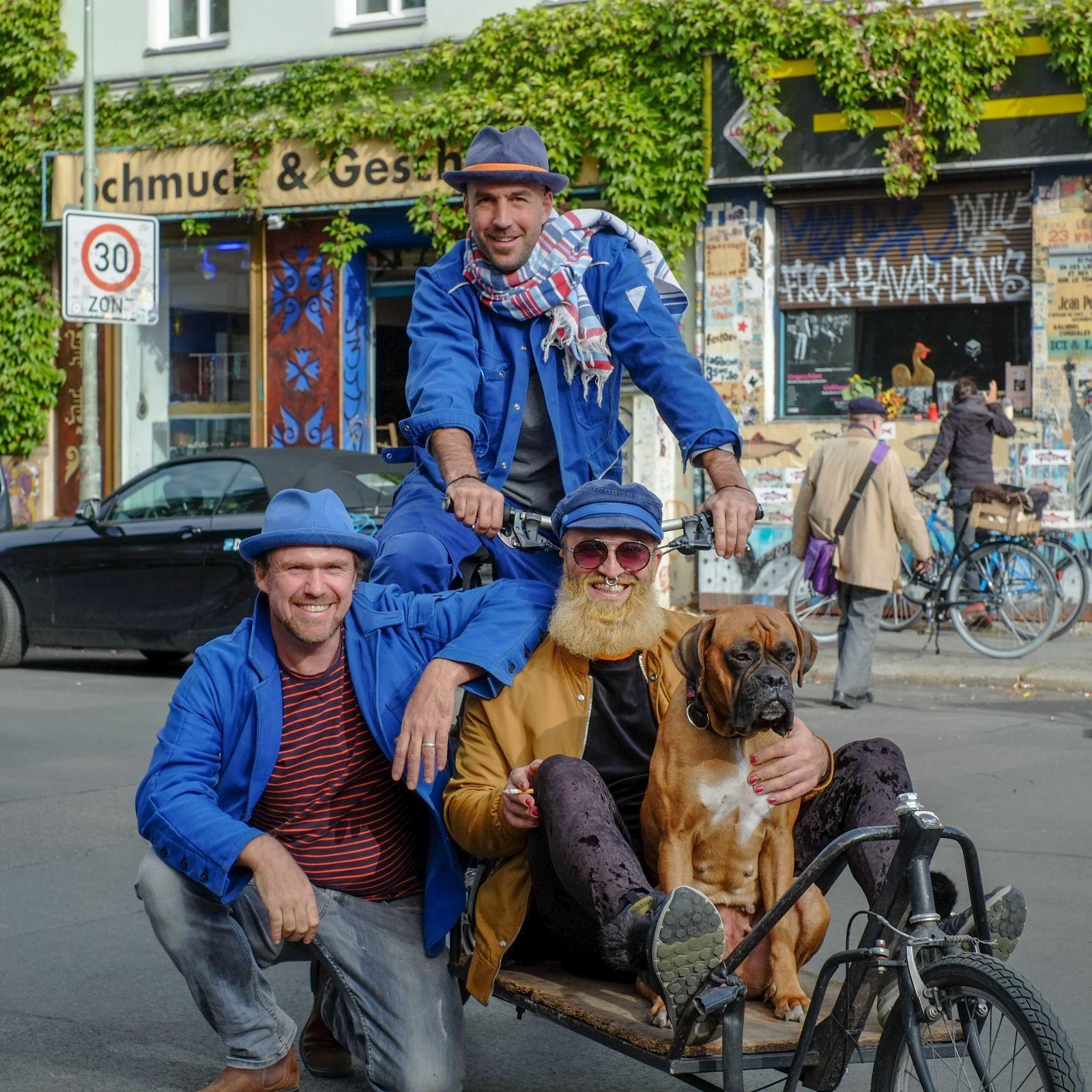 Drei Männer mit der ReHats Berlin Headwear der Kollektion Gewerkschaft