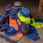 Upcycling: Kopfbedeckung aus alter Arbeitskleidung und Kaffeesäcken