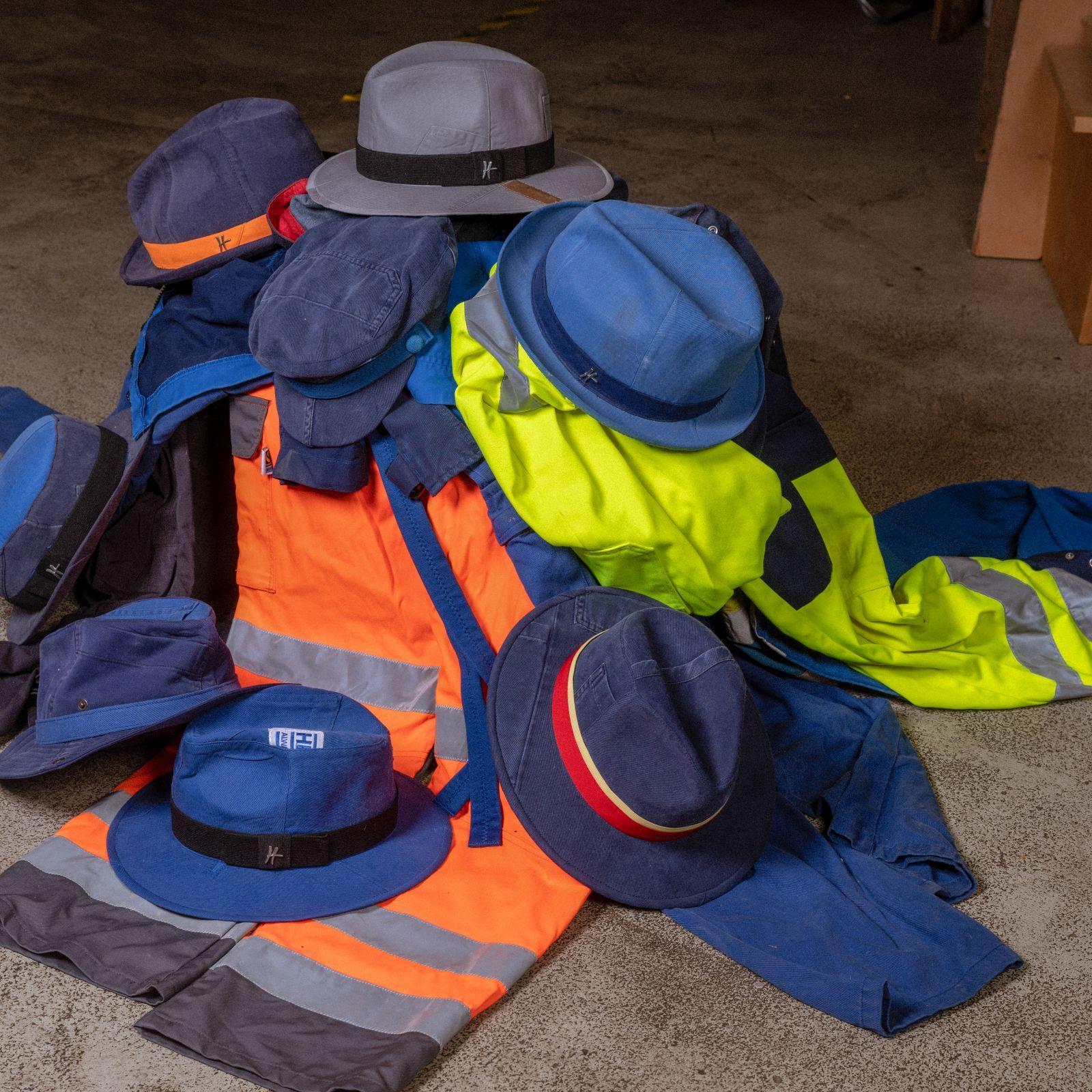 Verschiedene Hüte und Mützen auf einem Haufen. Es ist die Kollektion Gewerkschaft von ReHats