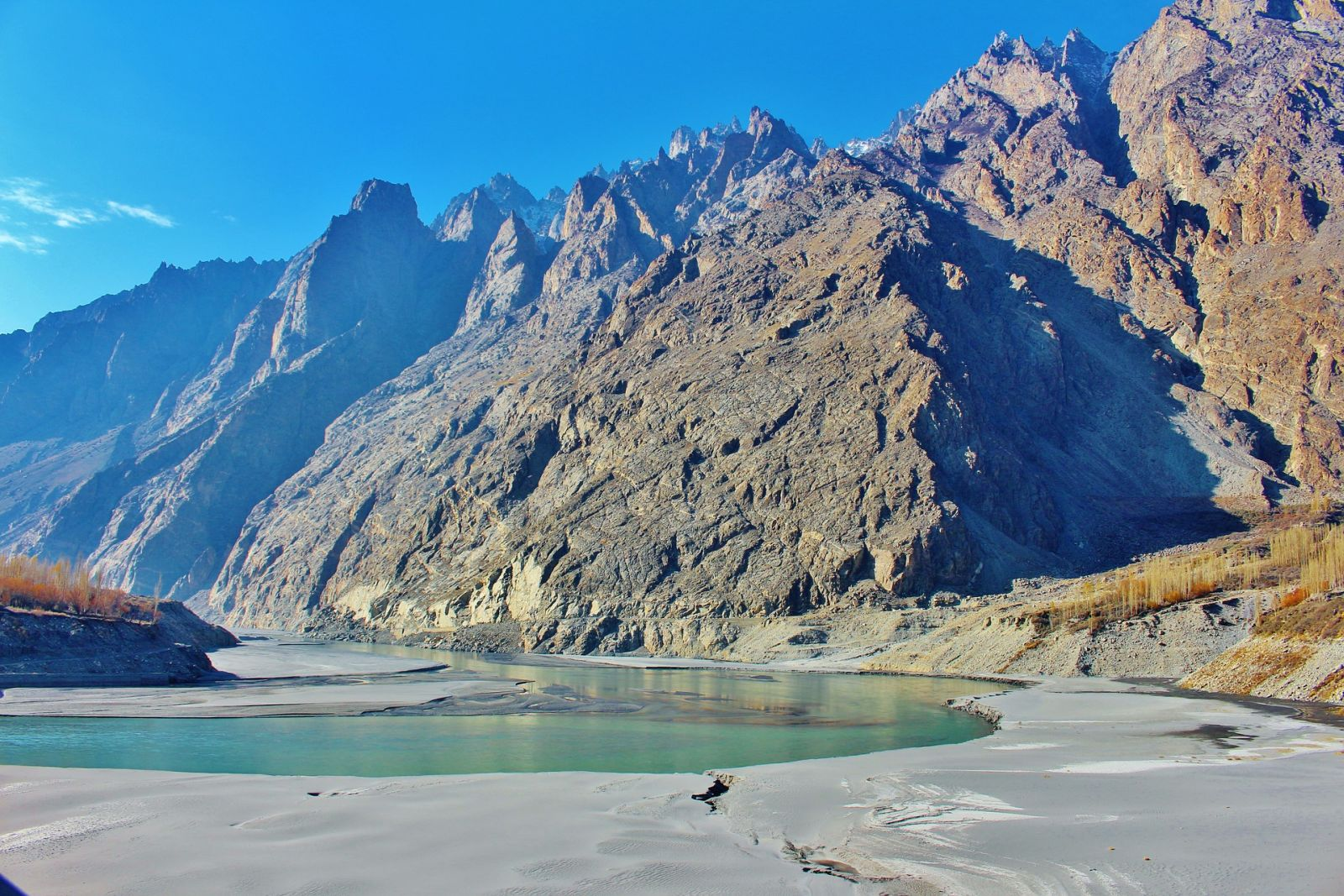Berge und ein klarer Fluss im Hunzatal