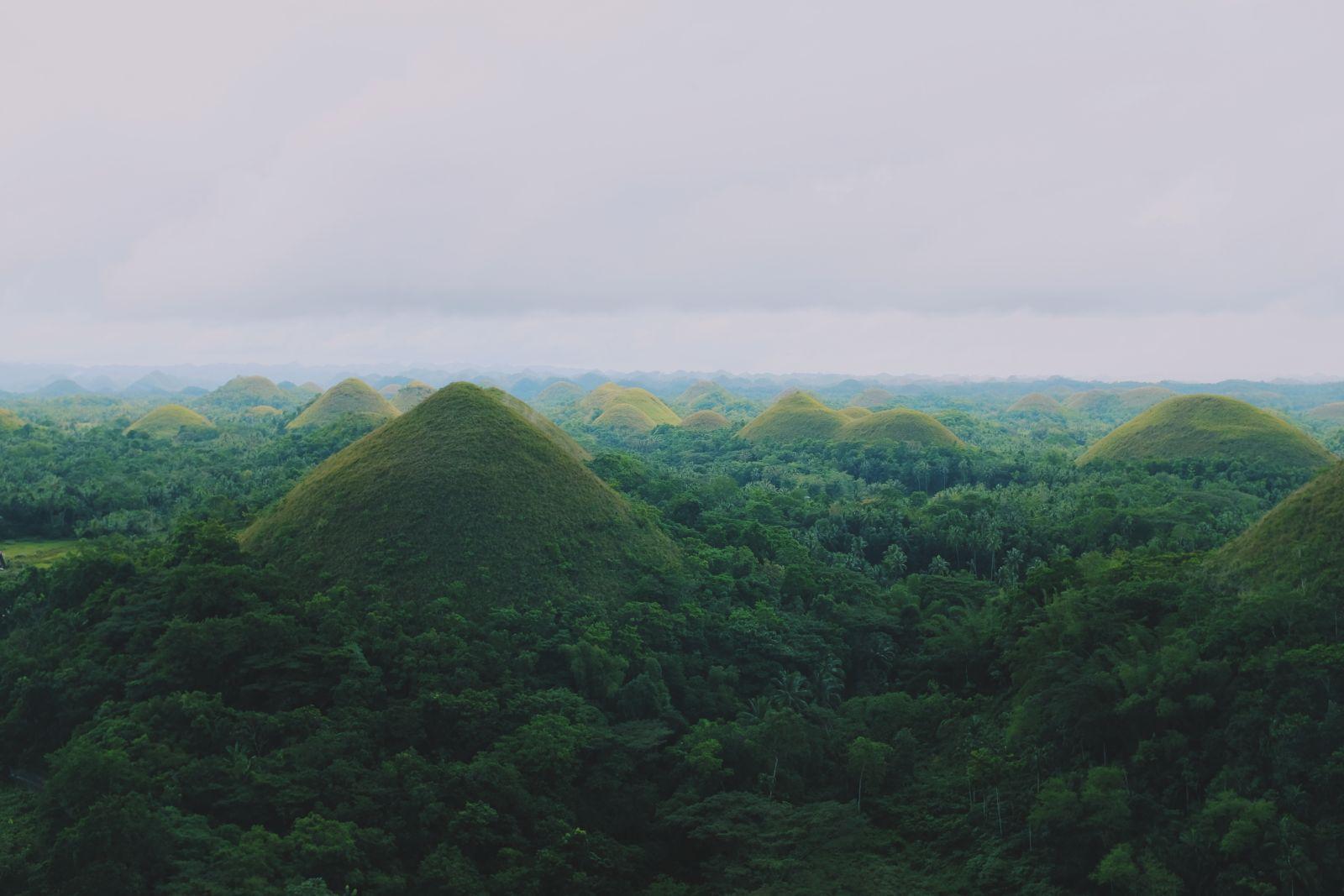 Bergige, grüne Landschaft auf den Philippinen