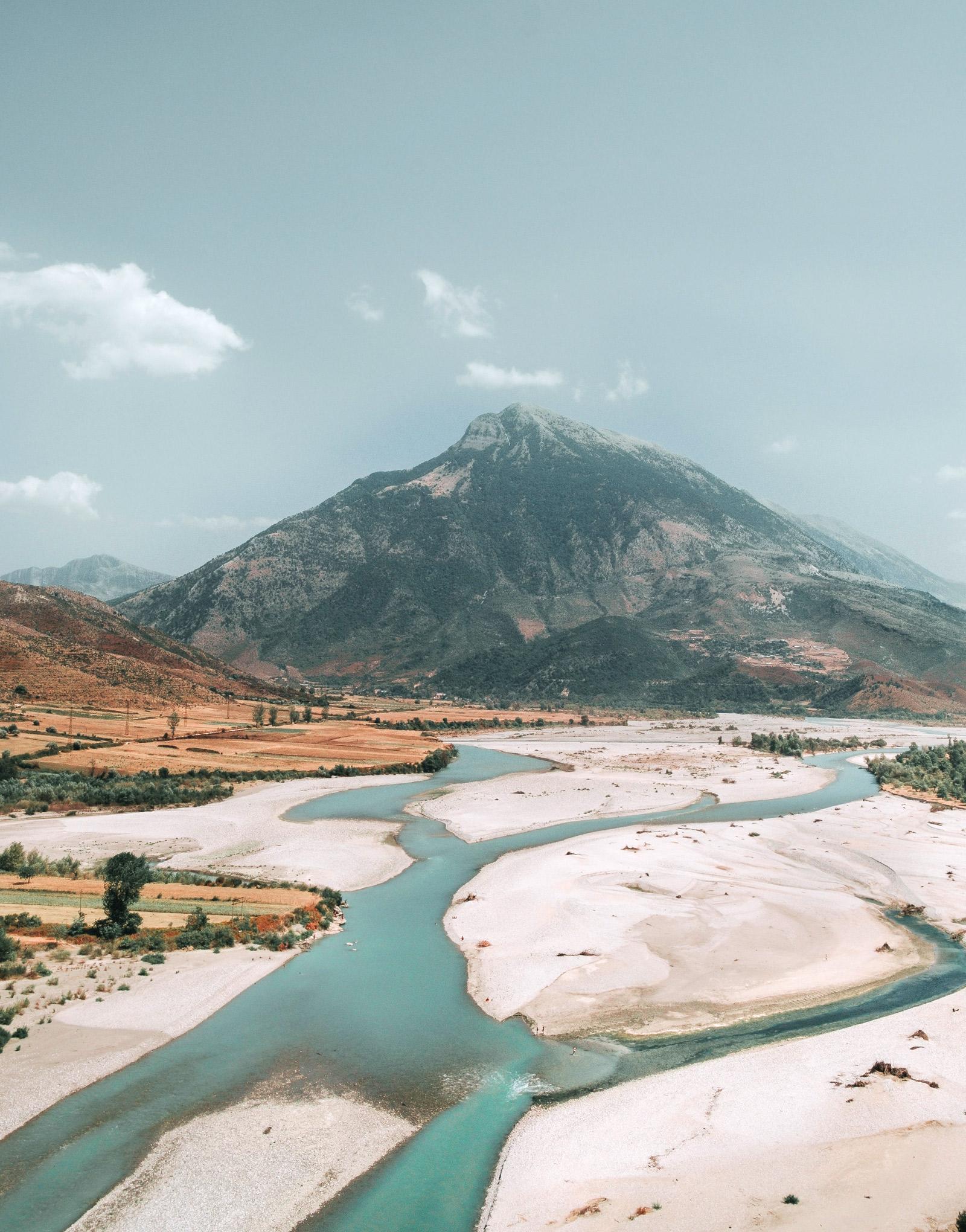 Wilde, unberührte Flüsse im Balkan. Hier sieht man den Fluss Vjosa.