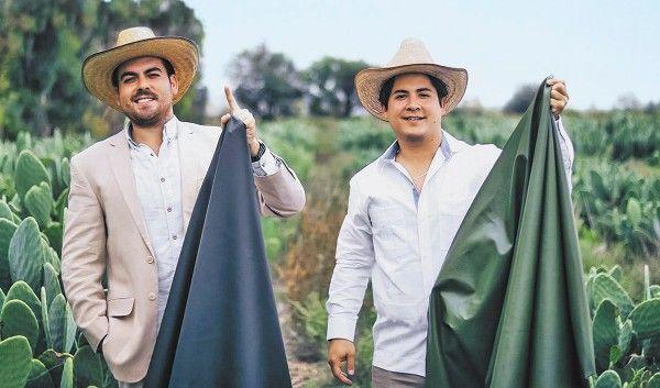 Erfinder von veganem Leder aus Kakteen. Beide lächeln stolz in die Kamera und halten ihr veganes Leder hoch.