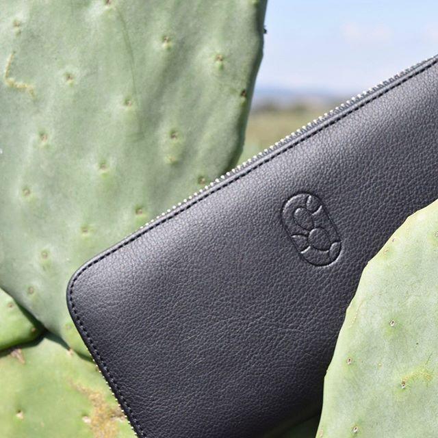 Handtasche/Geldbeutel aus veganem, schwarzgefärbtem Kaktus-Leder