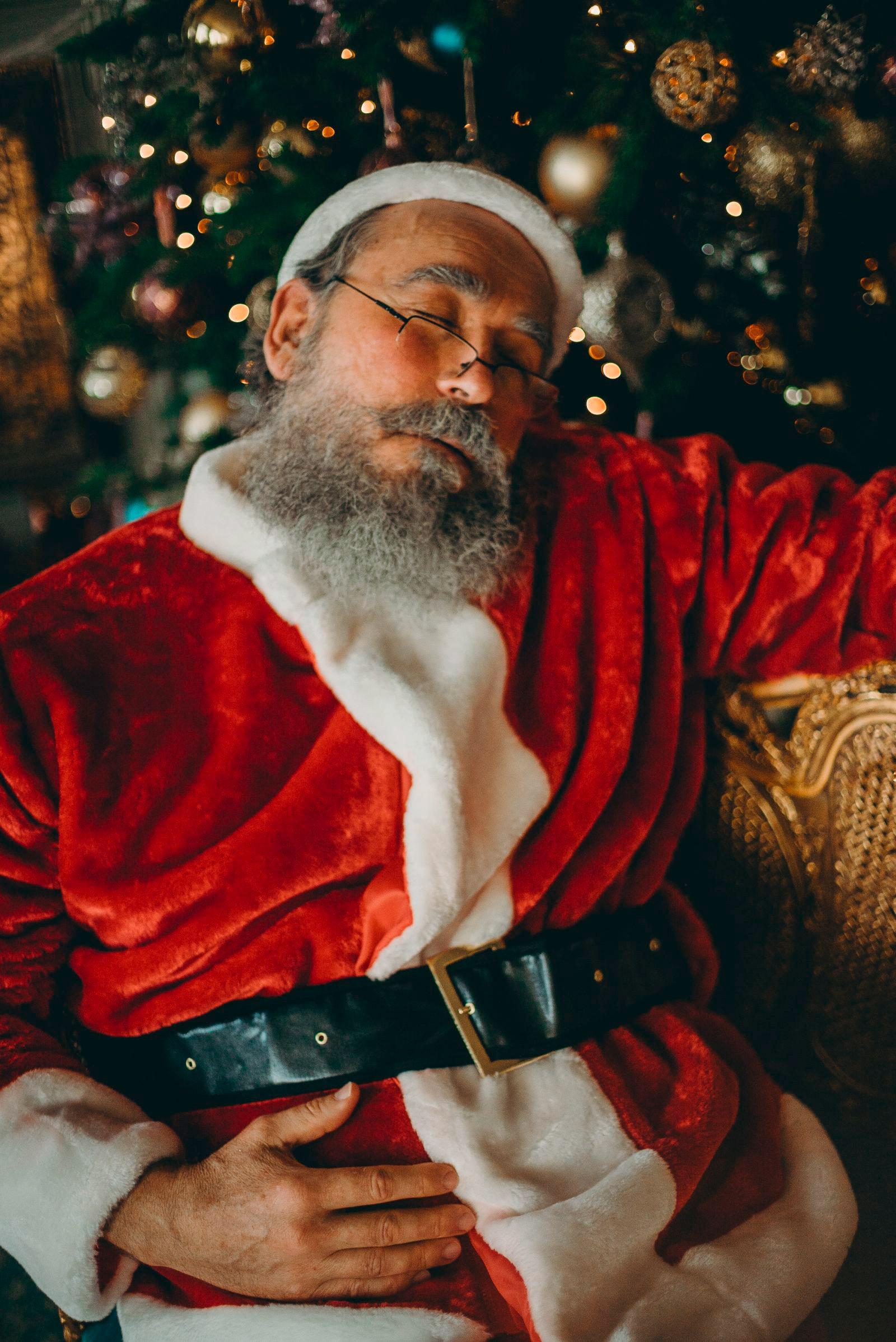 Der Weihnachtsmann liegt auf der Couch und ruht sich aus