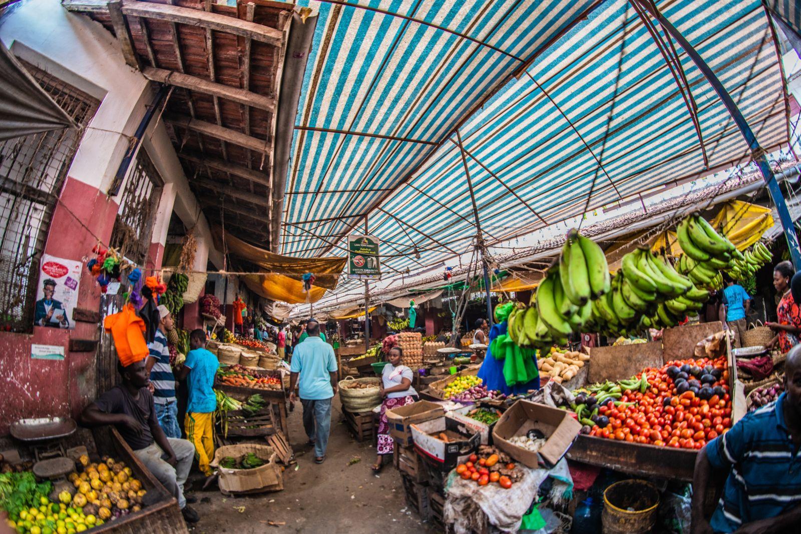 Ein Markt in Kenia an dem buntes Treiben herrscht