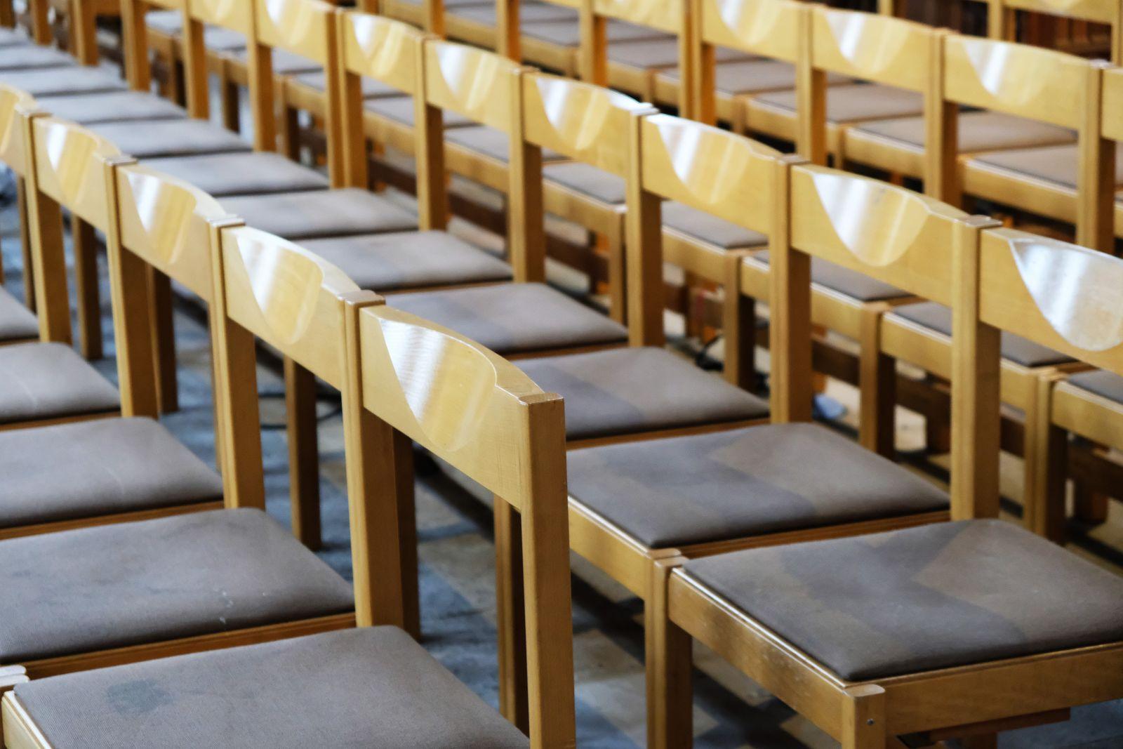 Lauter Holzstühle mit Sitzauflage aus einer Schule oder Uni in Nürnberg