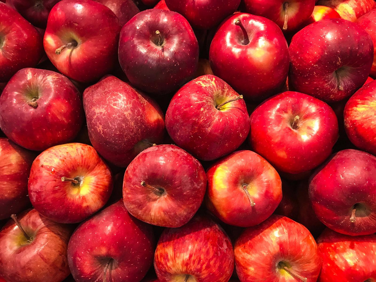 Rote Äpfel auf einem Haufen