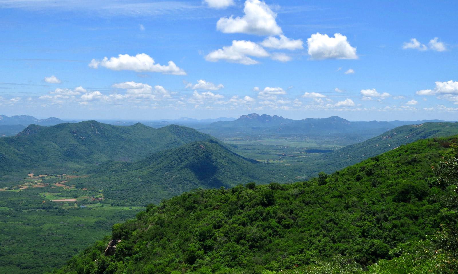 Weiter, schier endloser Blick über begrünte Berglandschaften in Martins, Rio Grande do Norte in Brasilien